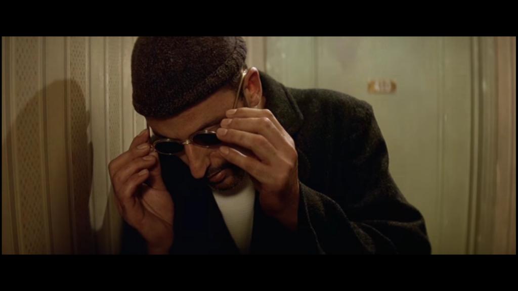 "Leon (Jean Reno), Kadr z filmu ""Leon"" , reżyseria Luc Besson, studio: Gaumont, dystrybucja w Polsce: Gaumont, Columbia Pictures"
