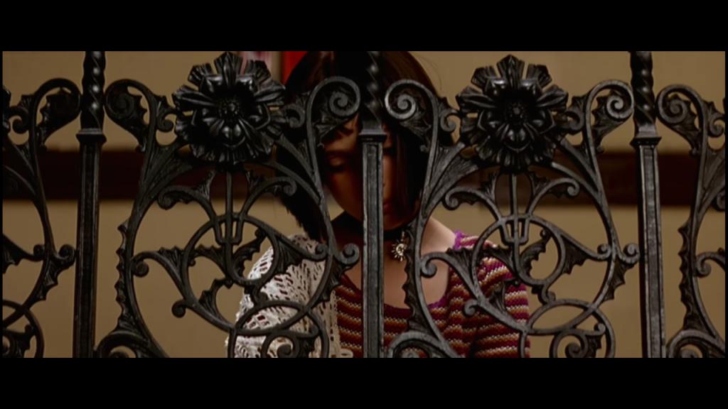 """Matylda (Natalie Portman),Kadr z filmu """"Leon"""" , reżyseria Luc Besson, studio: Gaumont, dystrybucja w Polsce: Gaumont, Columbia Pictures"""