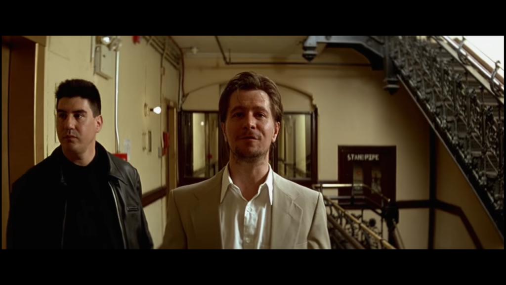 """Stansfield (Gary Oldman),Kadr z filmu """"Leon"""" , reżyseria Luc Besson, studio: Gaumont, dystrybucja w Polsce: Gaumont, Columbia Pictures"""