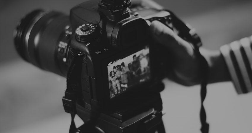 Videografia to sztuka opowiadania obrazem i dźwiękiem, który koordynuje i wykonuje mały zespół lub nawet jedna osoba, grafika: pexels.com/domena publiczna