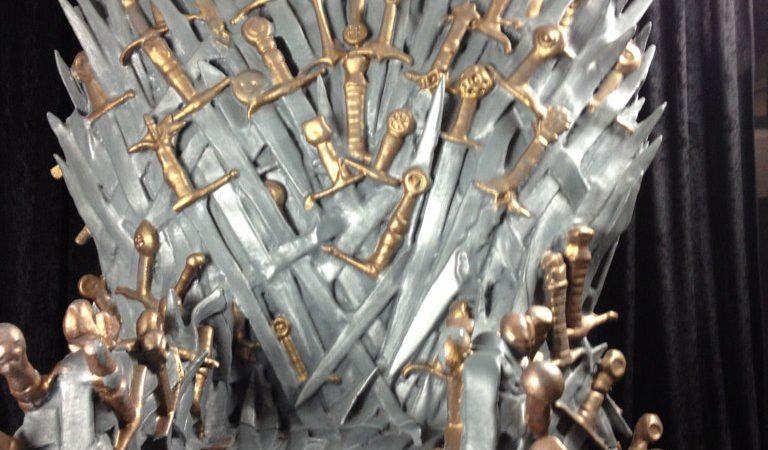 """Replika serialowego tronu z """"Gry o tron"""", na bazie powieści G. R.R. Martina. (fotografia autorstwa bamse16/flickr.com/CC BY-SA 2.0)"""