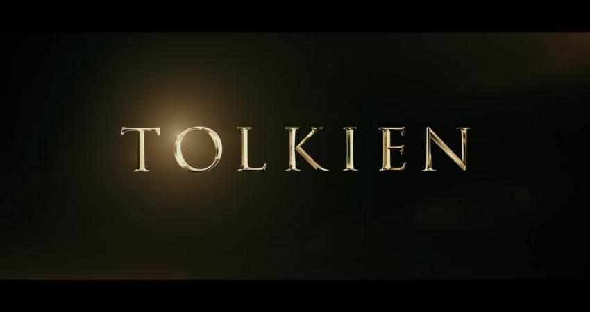 Ikoniczne nazwisko J.R.R. Tolkiena, które poprzedza datę premiery, 10 maja w trailerze filmu o brytyjskim pisarzu, źródło: FoxSearchlight/youtube.com