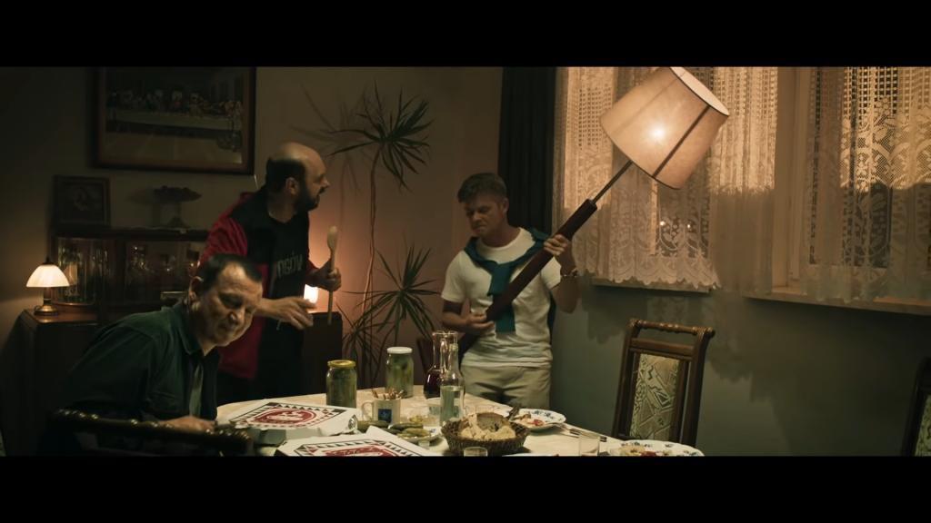 """Popijawa, która otwiera obraz """"Kler"""", źródło grafiki: kanał YouTube Kino Świat Polska, wydawcy recenzowanego obrazu"""