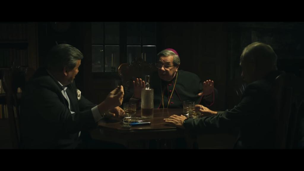 Kluczową postać krakowskiego arcybiskupa odgrywa Janusz Gajos, źródło grafiki: kanał YouTube Kino Świat Polska, wydawcy recenzowanego obrazu