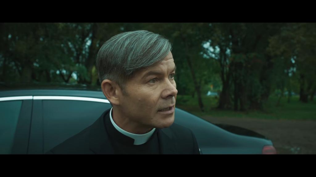 Najbardziej ambitny z księży opisanych w filmie, źródło grafiki: kanał YouTube Kino Świat Polska, wydawcy recenzowanego obrazu