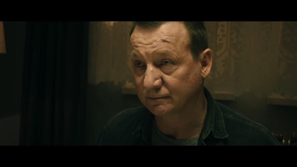 Księża Smarzowskiego to negatywne postaci, nie ma w nich zbyt wiele cech do pochwalenia, źródło grafiki: kanał YouTube Kino Świat Polska, wydawcy recenzowanego obrazu