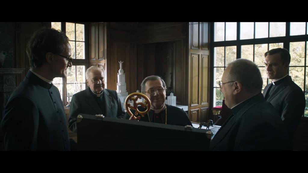 Moment filmu, w którym pada jedna z najbardziej definiujących arcybiskupa kwestii, źródło grafiki: kanał YouTube Kino Świat Polska, wydawcy recenzowanego obrazu