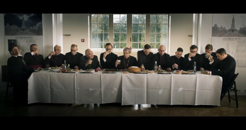 """Niezwykle wymowny kadr, który nawiązuje do """"Ostatniej wieczerzy"""", źródło grafiki: kanał YouTube Kino Świat Polska, wydawcy recenzowanego obrazu"""