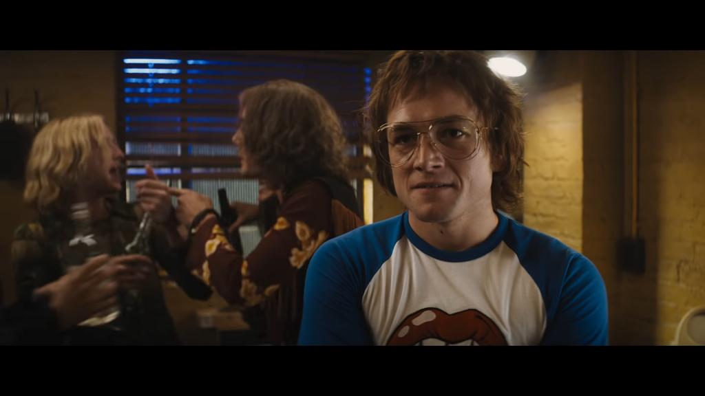 """Kadr z filmu """"Rocketman"""" w reżyserii Dextera Fletchera, źródło grafiki: kanał YouTube wytwórni Paramount Pictures"""
