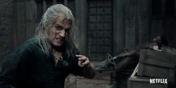 """Kadr z trailera serii """"Witcher"""". Na pierwszym planie odgrywający rolę Geralta z Rivii Henry Cavill. źródło obrazu: kanał oficjalny Netflix na YouTube"""